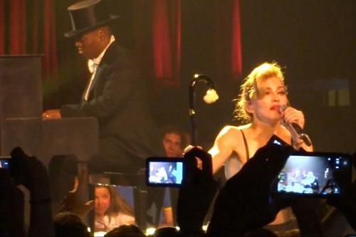 Madonna nức nở khóc diễn cảnh cuồng yêu - 1