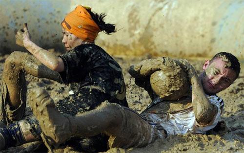 Thi đá bóng trong bùn lầy - 1