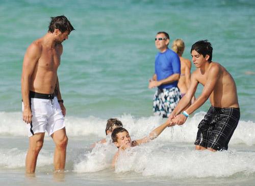 Vợ chồng Maldini mặn nồng trong sóng biển - 1