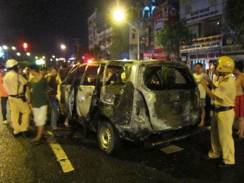 Taxi bốc cháy, 5 người thoát chết - 1