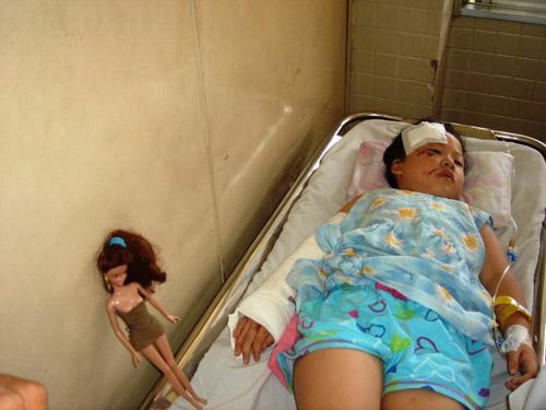 Đâm phải trâu, xe du lịch VN lật ở Campuchia - 1