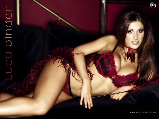 Lucy Pinder sinh năm 1983, cô chỉ cao 1m65, nặng 57kg nhưng lại có số  đo 3 vòng vô cùng nóng bỏng: 86-66-86cm. Lucy bắt đầu sự nghiệp người  mẫu ảnh khá tình cờ, trong một lần tắm nắng ở bãi biển ở khu resort  Bournemouth năm 2003. Hình ảnh của cô ngay sau đó được nhật báo 'The  Daily Star' nhận thấy tiềm năng và mời ký hợp đồng chuyên nghiệp. Liên  tiếp những năm sau đó, chân dài này bội thu thành công (cũng một phần vì  cặp kè với Teddy Sheringham) và thậm chí còn được coi là mỹ nhân có đôi  gò bồng đảo quyến rũ nhất nước Anh.
