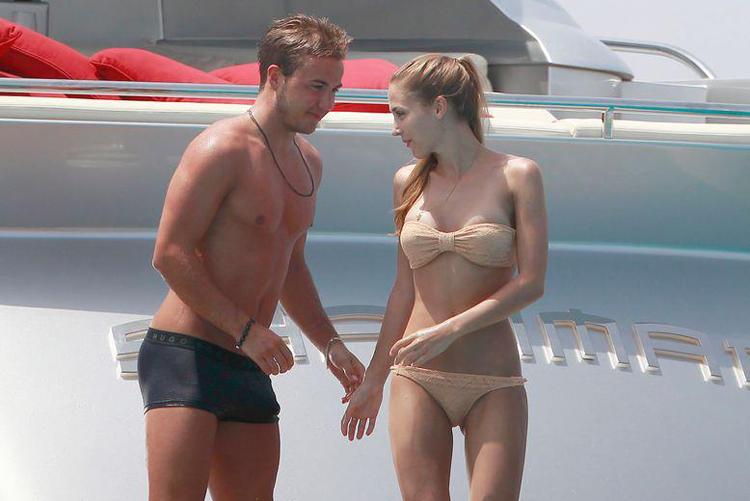 Tài năng trẻ Mario Goetze của CLB Dortmund và cô bồ xinh đẹp Ann-Kathrin Vida đã chọn Ibiza Tây Ban Nha làm địa điểm nghỉ mát trước mùa giải mới.