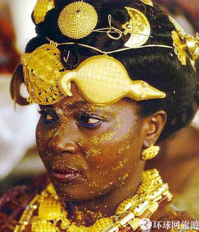 Bộ lạc Asante nằm ở phía Nam đất nước Ghana nghèo đói lại nổi tiếng giàu có vì các người dân bộ lạc này đeo trên người cả cân vàng.