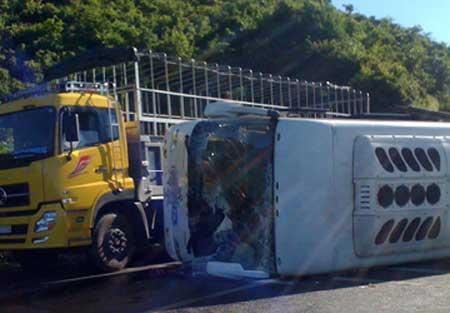 Lật xe khách, 13 du khách nước ngoài gặp nạn - 1