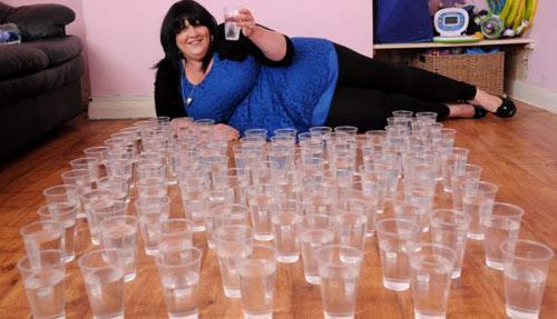 Cô gái một ngày uống 25 lít nước - 1