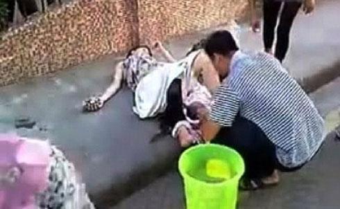 Trung Quốc: Chồng đỡ đẻ cho vợ ngay trên phố - 1