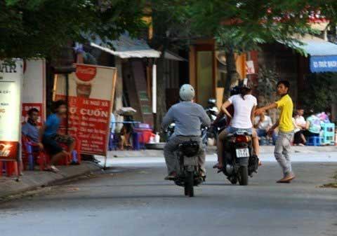 """Hà Nội: Phát hoảng mỗi lần qua """"phố vẫy"""" - 1"""