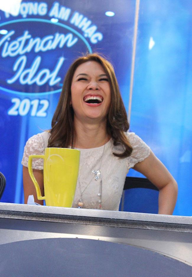 Mỹ Tâm trên ghế nóng Vietnam Idol 2012 luôn cười tẹt ga