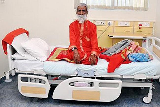 Người đàn ông suốt 70 năm không ăn uống chính là ông Prahlad Jani người Ấn Độ. Ông được xem là người ăn không khí (Breatharian).