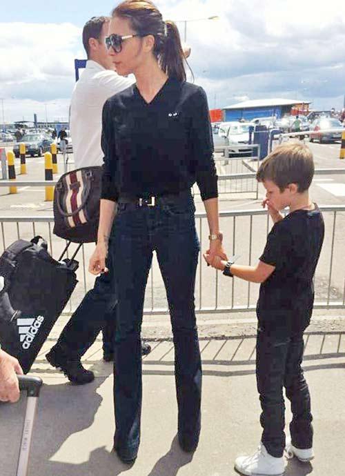 Bà Becks mảnh khảnh với quần jean - 1