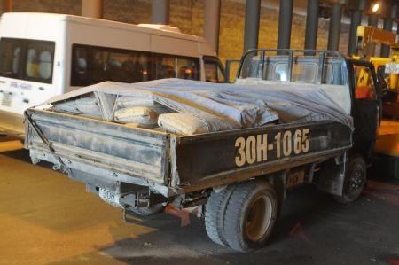 """Taxi """"rúc gầm"""" xe tải trong hầm Kim Liên - 1"""