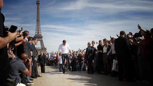 PSG đón Ibrahimovic: Eiffel cũng ngả nghiêng - 1