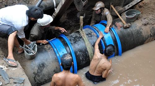 Hà Nội: Vỡ đường ống, 60.000 hộ dân khát nước - 1