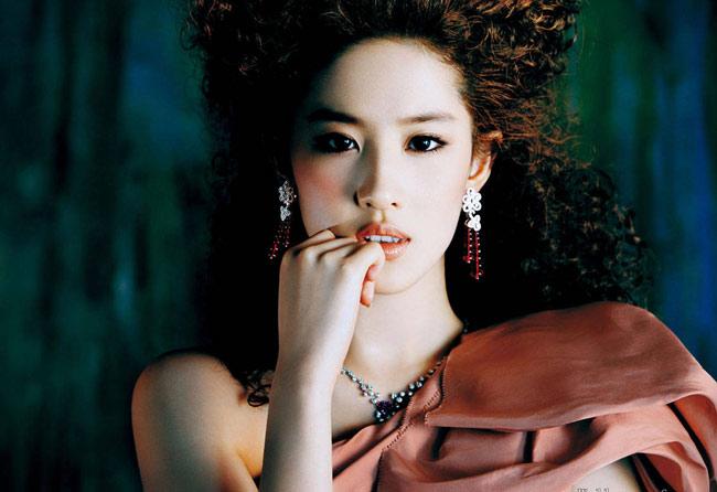 Sau đó được đạo diễn Du  Tiến Minh mời vào vai Bạch Tú Châu của phim Gia tộc Kim phấn.