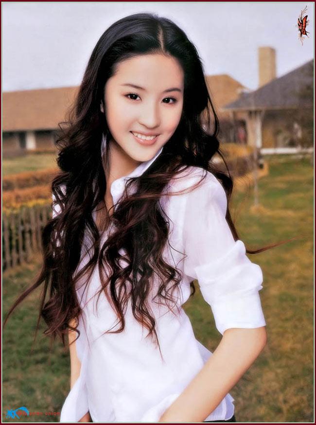 Đến  năm 2006, cô góp mặt trong 10 người đẹp cổ trang cùng Hoàng Hiểu  Minh, Lục Nghị, Lý Á Bằng, Nghiêm Khoan, Triệu Văn Trác, Trần Hảo, Hoàng  Dịch, Cao Viên Viên, Thủy Linh.