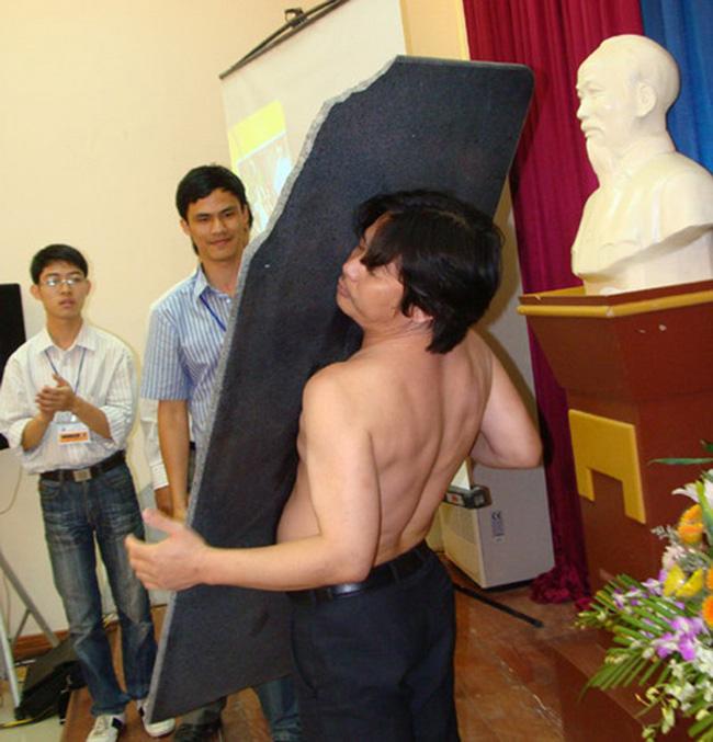 """Anh Tạ Quang Thanh được gọi là """"người nam châm"""" vì cơ thể anh có khả năng hút đồ vật, thậm chí là một phiến đá nặng tới 42 kg."""