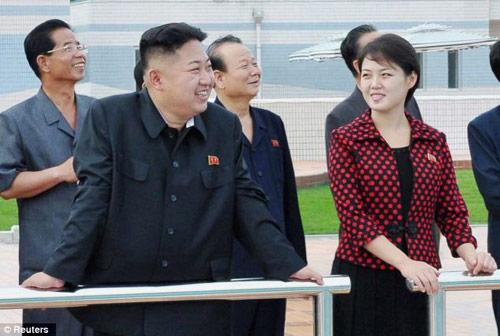 Kim Jong Un cùng vợ đi thăm công viên - 1