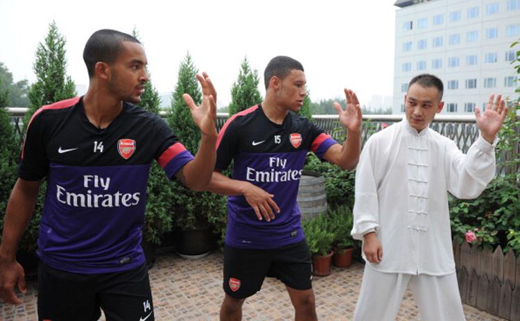 Hôm qua Arsenal đã bay tới Trung Quốc để chuẩn bị cho trận đấu với Man City. Có mặt tại Bắc Kinh, đôi cánh Theo Walcott và Oxlade-Chamberlain bên phía Pháo thủ đã lập tức tìm thầy học võ. Dưới sự hướng dẫn của võ sư người Trung Quốc, các tài năng trẻ của Arsenal tỏ ra vô cùng hào hứng.