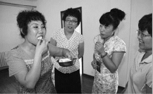 Người phụ nữ hơn 40 năm ăn thịt sống - 1