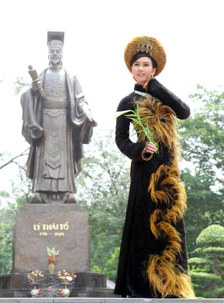 Ngắm chiếc áo dài làm từ tóc độc nhất Việt Nam - 1
