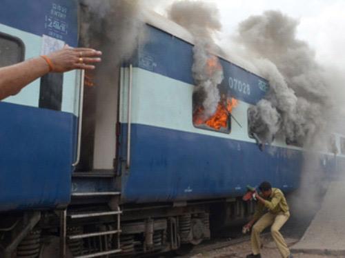 Ấn Độ: Cháy tàu hỏa, ít nhất 47 người chết - 1
