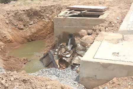 """Xả nước thải ra khu dân cư: Chịu không thấu, dân """"cúp"""" điện, """"cắt"""" ống nước - 1"""