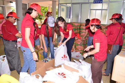 Ngọc Bích về Bình Thuận làm từ thiện - 1