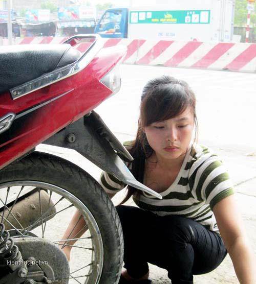 Thiếu nữ xinh đẹp làm nghề vá xe - 1