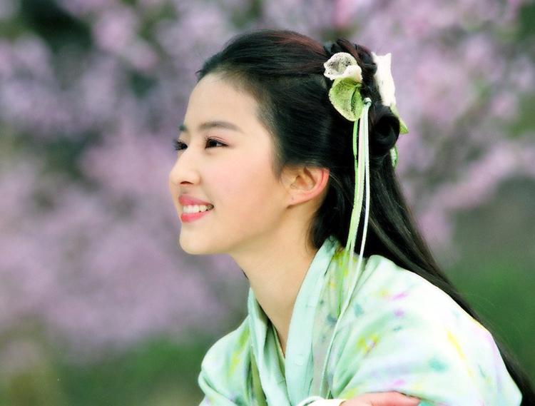 """Lưu Diệc Phi là ngôi sao ăn khách trên màn ảnh Trung Quốc, cô nổi tiếng từ bộ  phim """"Thiên long bát bộ"""" và tiếp tục khẳng định khả năng diễn xuất của mình qua  các bộ phim """"Thần điêu đại hiệp"""", """"Tiên kiếm kỳ hiệp""""…"""