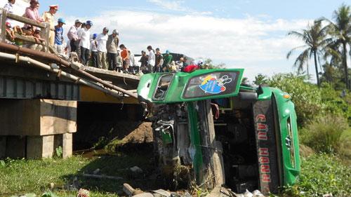 Xe khách lao xuống cầu, 17 người thương vong - 1