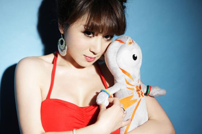 Một mỹ nhân Trung Quốc khác cũng không tỏ ra thua kém khi khỏe vẻ sexy của mình trong bộ bikini đỏ nổi bật