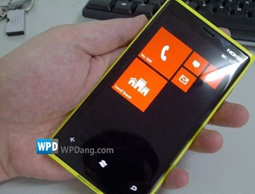 Lộ ảnh thiết bị chạy WP8 của Nokia - 1