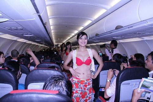 Diễn áo tắm trên máy bay: Phạt 20 triệu! - 1