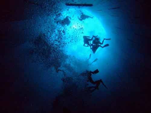 Khám phá hồ bơi sâu nhất thế giới - 1