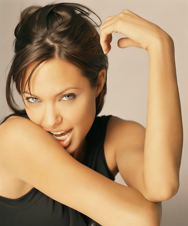 """Nhiều người cho rằng, với phụ nữ nổi tiếng ở Hollywood thì việc có con là  một """"chướng ngại vật"""" nhưng với Jolie thì ngược lại."""