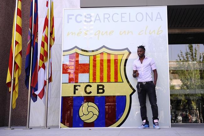 Sau khi trang chủ của Barca xác nhận hoàn tất đàm phán với Arsenal, Alex  Song đã có mặt tại xứ Catalunya và bước vào kí hợp đồng chính thức vào  lúc 15h00 ngày hôm nay 20/8 (theo giờ VN). Theo tiết lộ ban đầu từ báo  giới Tây Ban Nha, tiền vệ người Cameroon tới Barca theo bản hợp đồng trị  giá 19 triệu euro với thời hạn 5 năm, cùng điều khoản phá vỡ hợp đồng  là 80 triệu euro. Mức đãi ngộ Barca dành cho Song cao hơn ở Arsenal  (lương 70.000 bảng/tuần so với 50.000 bảng/tuần).
