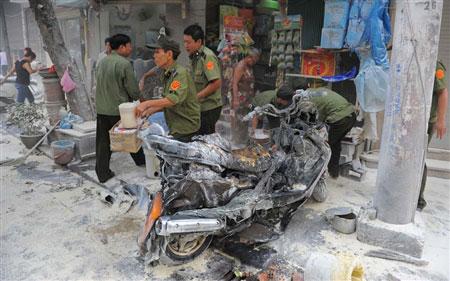 Xe máy bùng cháy trên phố cổ - 1