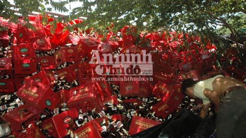 Hàng chục ngàn chai bia đổ vào nhà dân - 1