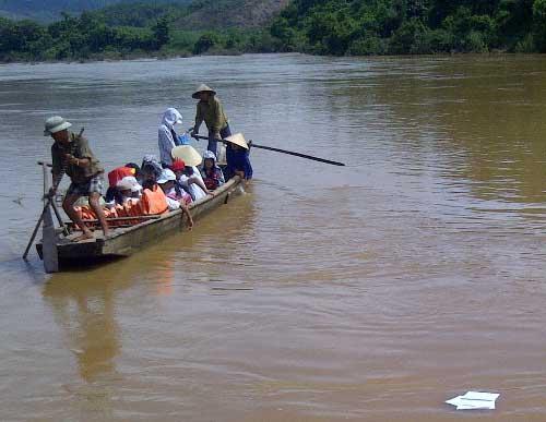 Chòng chành đò nhỏ qua sông đến trường - 1
