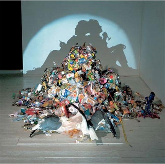 Những đồ đạc thừa, vứt đi lại tạo nên một cái bóng thật đẹp, như hai người đang ngồi tựa vào nhau.