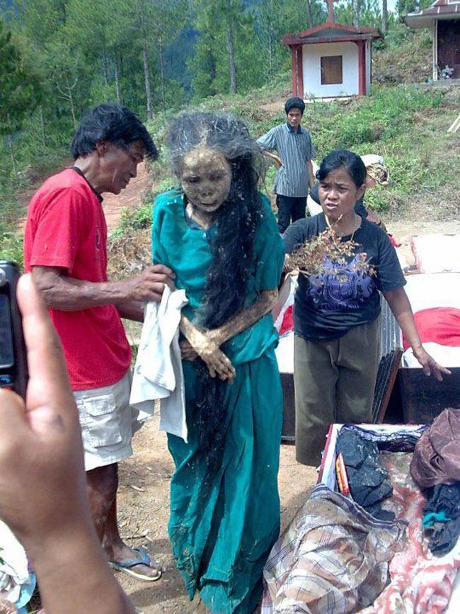 Hình ảnh tại nghi lễ hóa thây ma di động tại một làng dân tộc thuộc Indonesia.