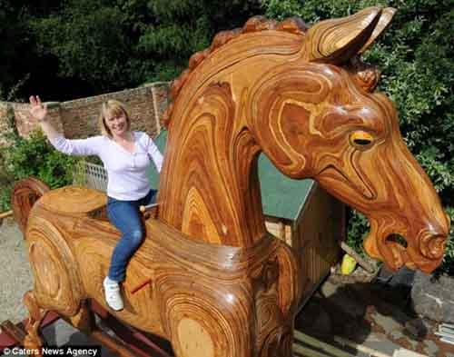 Chú ngựa khổng lồ cao bằng nhà 2 tầng - 1