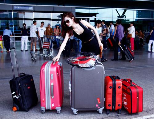 Ngọc Oanh khoe chân trắng mịn ở sân bay - 1