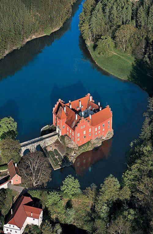 Những lâu đài tuyệt đẹp giữa hồ nước - 1