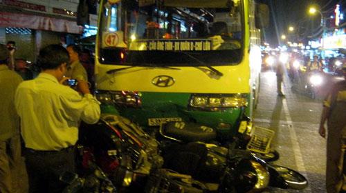 Xe buýt cán nát nhiều xe máy chờ đèn đỏ - 1