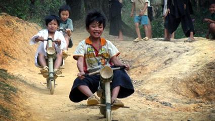 Chùm ảnh: Trẻ em dân tộc đua xe mạo hiểm - 1