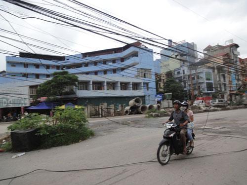 Hà Nội: Dây điện mắc võng trên đường - 1