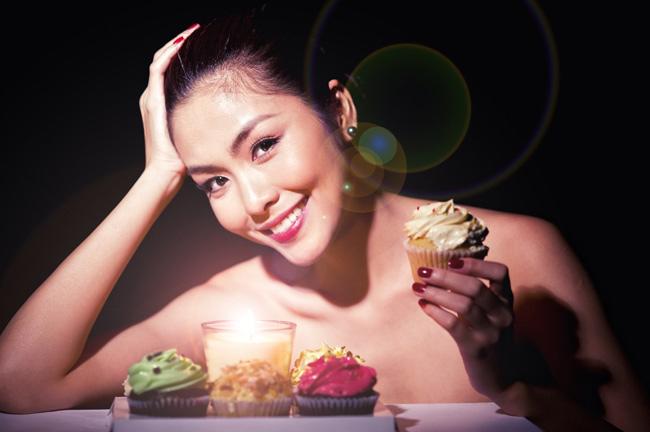 Vừa là một diễn viên vừa là một người mẫu đắt sô quảng cáo, Tăng Thanh Hà hút mắt khán giả bằng một vẻ đẹp sexy theo đúng nghĩa là một người phụ nữ khiến người ta phải thèm muốn.