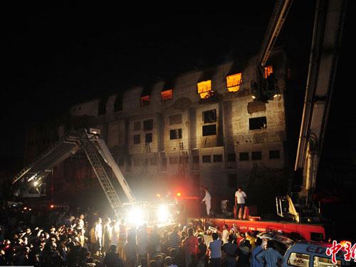 Pakistan: Cháy nhà máy, hơn 260 người chết - 1